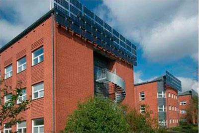 многоквартирный дом с солнечными панелями