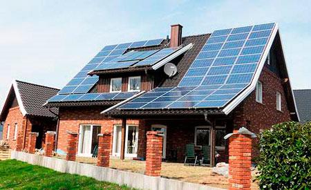 дом с солнечными батареями на крыше