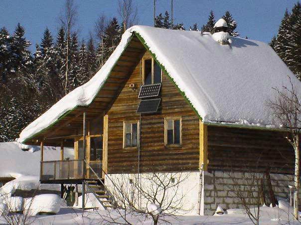 дом на солнечных батареях зимой