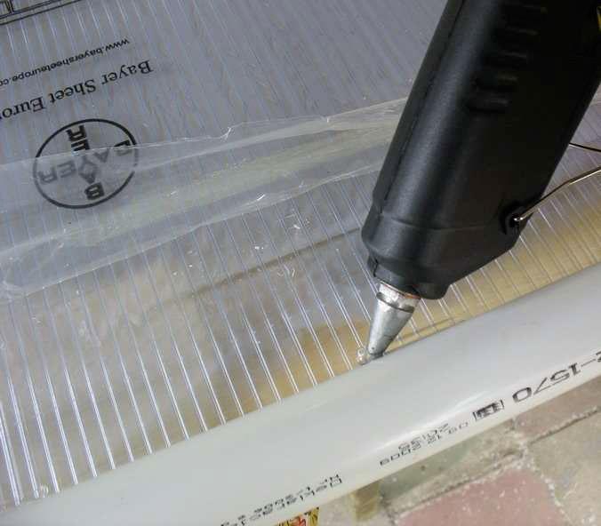 нанесение герметика на панель