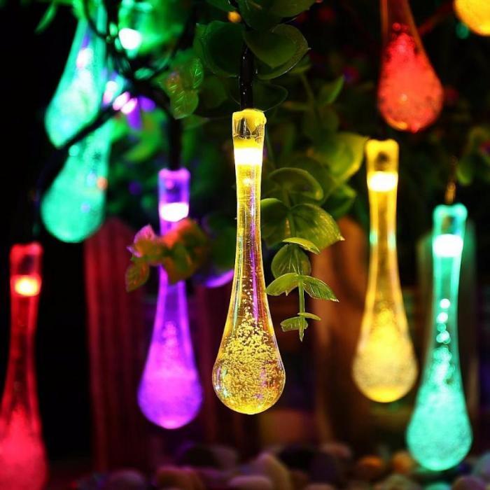 «Светящиеся капли» на дереве