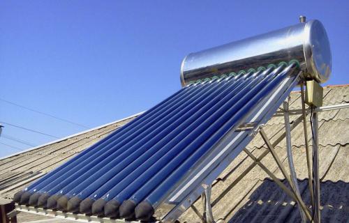 коллектор, установленный на крыше дома